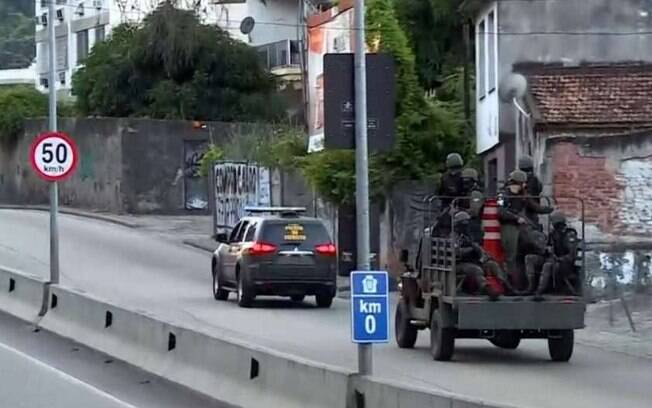 Homens do Exército e das polícias do Rio fazem uma operação em comunidades do Complexo do Lins de Vasconcelos