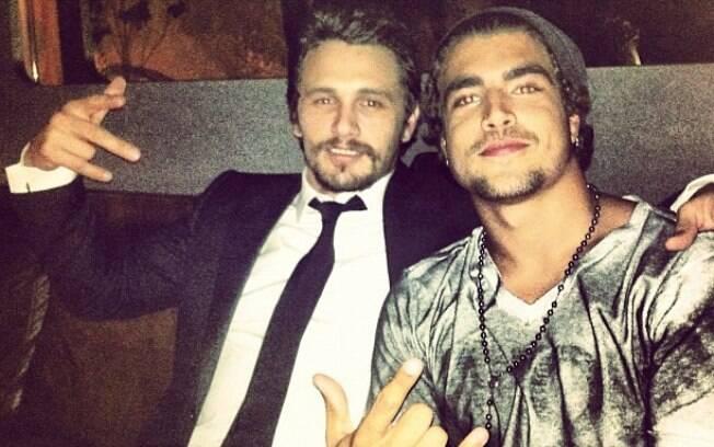 Caio Castro tirou uma foto ao lado de James Franco durante festa na noite dessa segunda-feira (12), em um bar em São Paulo
