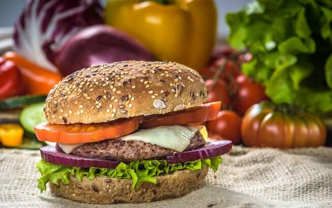 Receitas saudáveis: na hora de preparar um hambúrguer, vale optar por pão integral e carnes magras, sem gorduras
