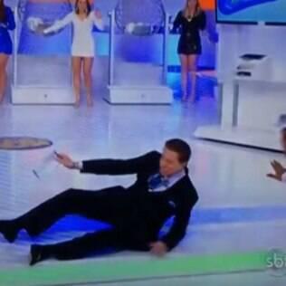 Silvio Santos tropeça e cai no palco no domingo (29)