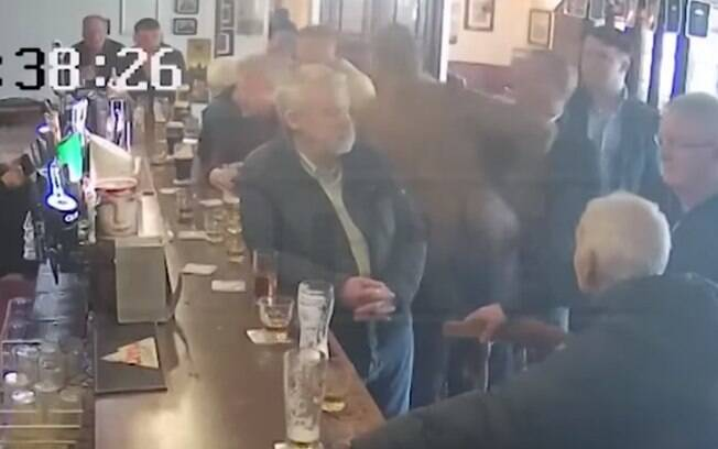Conor McGregor agrediu idoso em pub