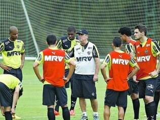"""Falta encaixar. Técnico Levir Culpi (de boné na foto) admite que ainda não achou o """"ponto ideal"""" para o ataque da equipe atleticana"""