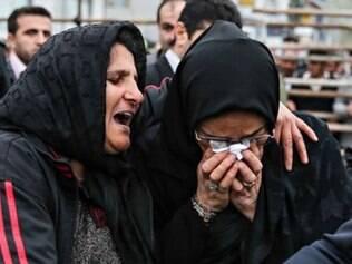 A mãe de Balal, aos prantos, abraçou a mãe que teve o filho assassinado. As duas seguiram chorando abraçadas, como mostra uma foto da agência oficial Isna