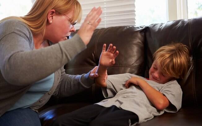 Palmada pode ter resultado momentâneo, mas não vai educar e mudar o comportamento da criança, segundo especialista