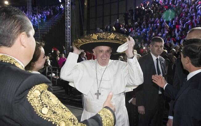 Diante de 35 mil pessoas, Francisco pediu apoio para os jovens e para os idosos, que são