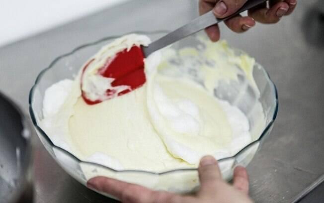 Bata claras em neve para deixar o bolo fofinho na textura ideal