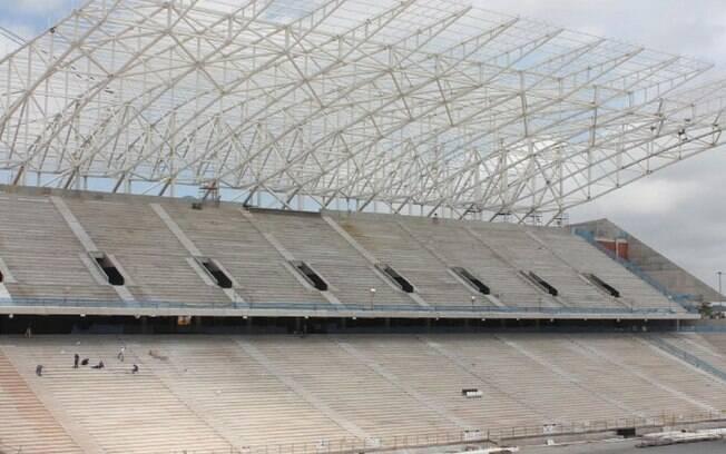 Vista da arquibancada central da Arena  Corinthians, já com sustentação para a cobertura