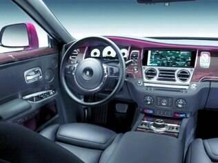A Roll-Royce aliou os materiais nobres do interior a muita tecnologia