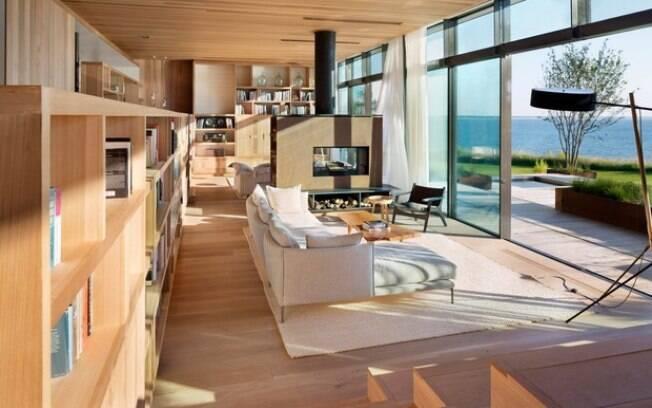 Por dentro, a casa do telhado verde tem uma decoração neutra, que deixa o clima de férias no ar