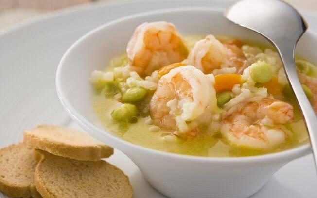 Foto da receita Sopa de fava com arroz e camarão pronta.