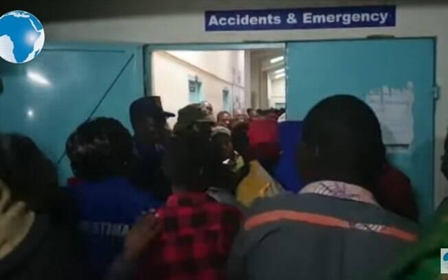 Pais e familiares em hospital após tumulto que matou 14 crianças em escola do Quênia