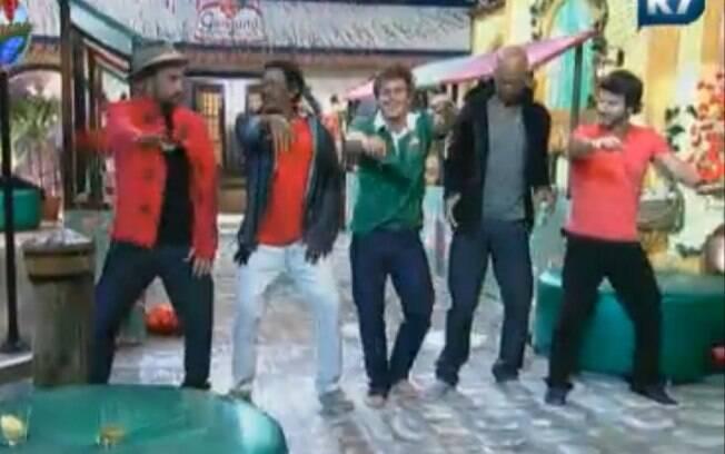 Homens fazem a Dança da Mãozinha
