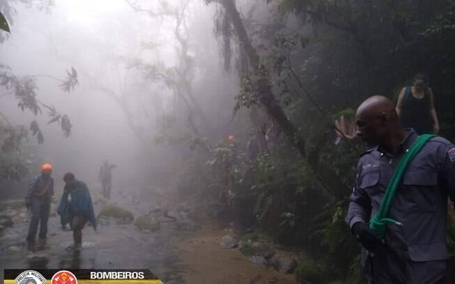 Corpo de Bombeiros da PMESP resgata vítima em trilha, em São Bernardo do Campo