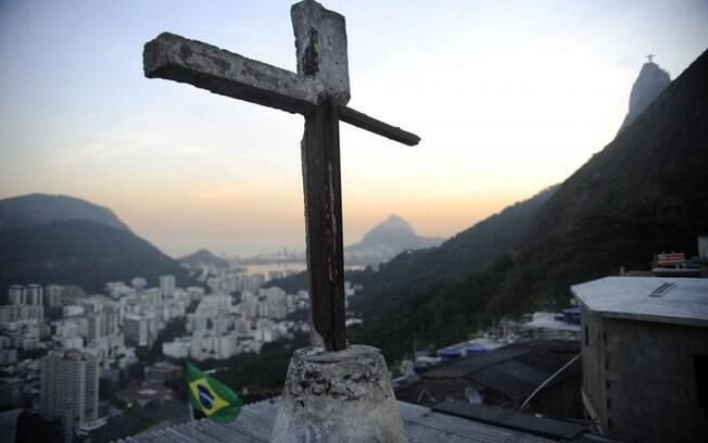Cruz ilustra violência de favelas no Morro Santa Marta, o 1º a receber uma UPP no Rio de Janeiro