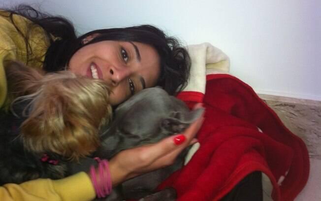 Oposta mostra seus cachorros, ou filhos, como  ela prefere dizer