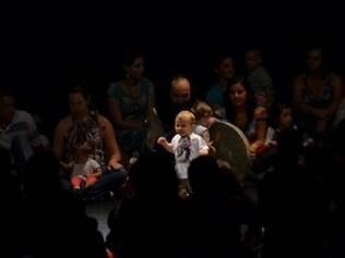 Durante o espetáculo, bebês ficam no palco com os pais