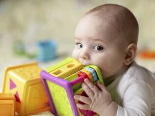 17 por cento dos pais acreditam que a criança só começa a aprender depois de um ano de idade, por isso não brincam com o bebê