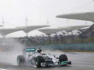 Lewis Hamilton dominou a classificação e manteve a Mercedes na frente