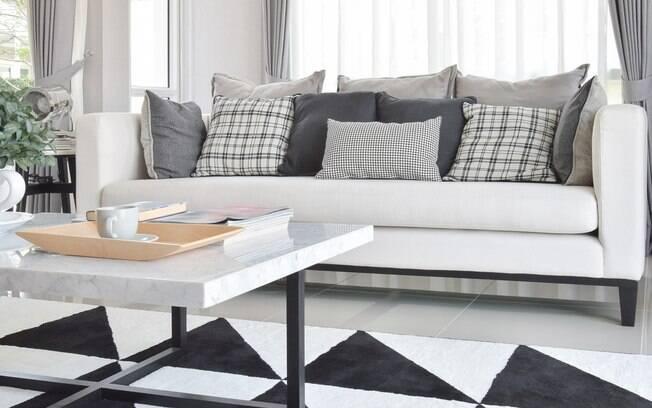 Faça sobreposição de cores na sala de estar para um ambiente moderno e, ao mesmo tempo, aconchegante
