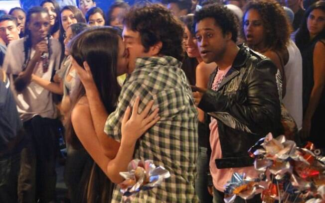 Cida flagra o namorado com outra mulher e dá o troco, beijando Elano
