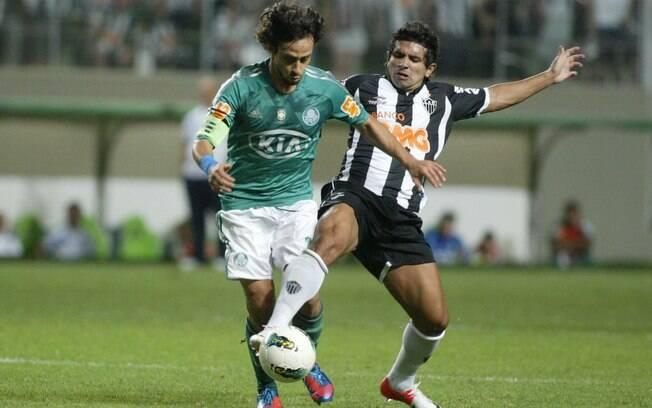 Guilherme disputa bola com Valdivia