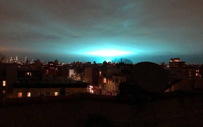 Explosão no Queens deixou o céu azul e brilhante em algumas partes da cidade durante a madrugada desta sexta-feira