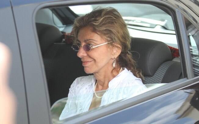 Marília Pêra chegando à missa de sétimo dia de Chico Anysio, no sábado (31/03)