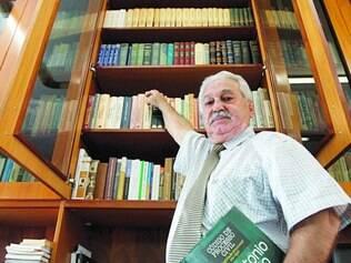 Na ativa. O advogado Julio Avelar já é aposentado, mas continua trabalhando para manter a renda