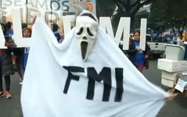 Por causa da crise econômica, a Argentina teve que pedir ajuda duas vezes ao FMI (Fundo Monetário Internacional)
