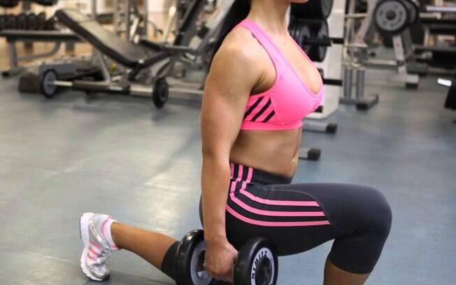 O agachamento afundo é o exercício mais puxado praticado por Raissa, mas o resultado compensa todo o esforço