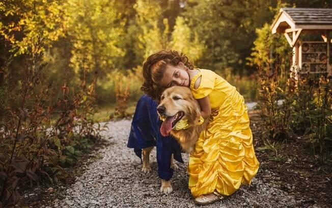 menina e cachorro vestidos de Bela e Fera