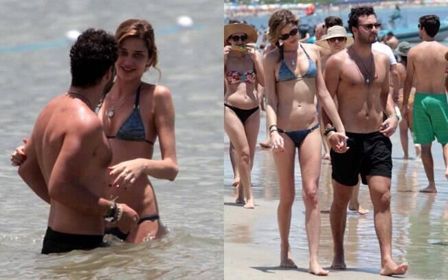 Ana Beatriz Barros e o namorado curtiram o dia de sol com um grupo de amigos na praia de Jurerê Internacional