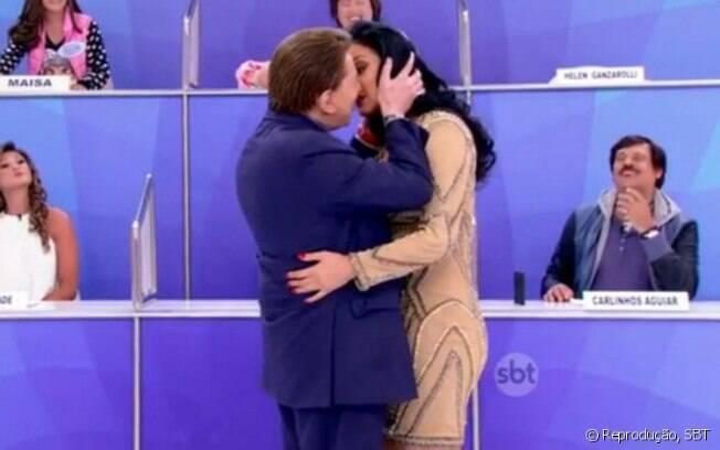 Silvio Santos tenta beijar Hellen Ganzarolli na TV