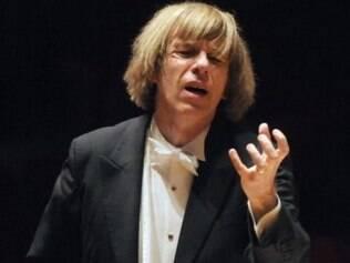 Maestro israelense Israel Yinon, de 59 anos, desmaiou no momento em que dirigia uma apresentação de