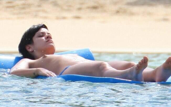 A cantora Lily Allen relaxa no Caribe
