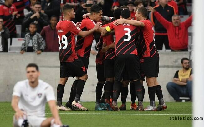 Jpgadores do Athletico-PR comemoram gol