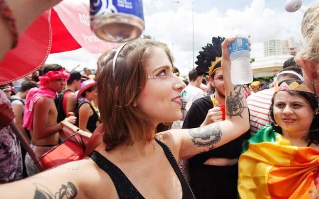 Manter-se hidratado é essencial para aguentar todos os dias de carnaval