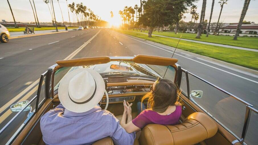 O uso de chapéu ou boné e protetor solar são perfeitos aliados em um conversível.