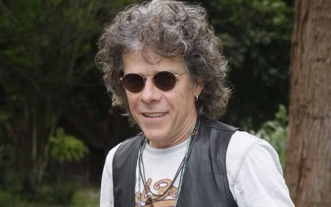 Ele apareceu diferente do habitual como o hippie Augusto César em 'A Favorita'