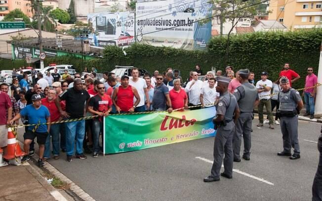 Um grupo de pessoas a favor do ex-presidente decidiu ir até a residência de Lula para prestar apoio. Foto: Rodrigo Robatini/Futura Press - 4.3.16