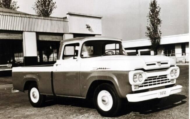 A picape F-100, lançada em 1957, foi o primeiro veículo nacional da Ford no mercado brasileiro, ao lado de caminhões da marca