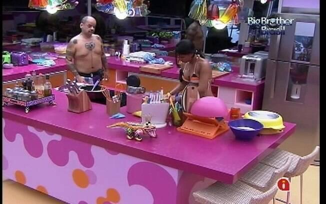 João e Kelly falam sobre votos enquanto preparam o almoço