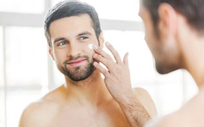 Aplicar hidratante na pele do corpo após o banho e no rosto ajuda, principalmente, aqueles que sofrem com pele seca