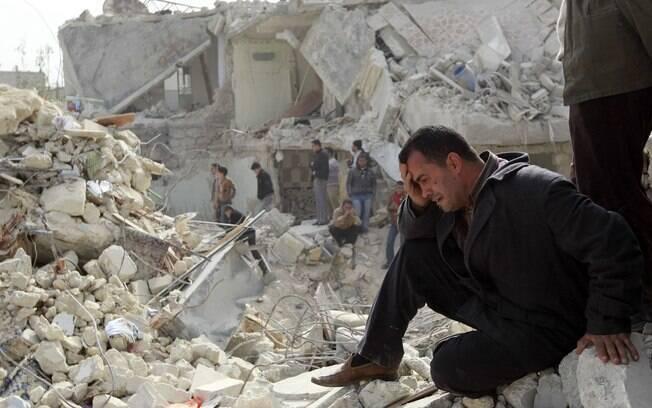 Homem chora em local atingido por míssil no bairro de Ard al-Hamra, em Aleppo, Síria (fevereiro)