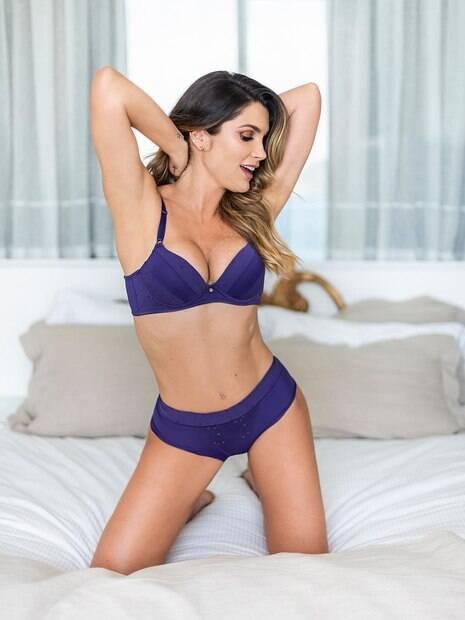 Flavia Alessandra divulga foto usando só lingerie.