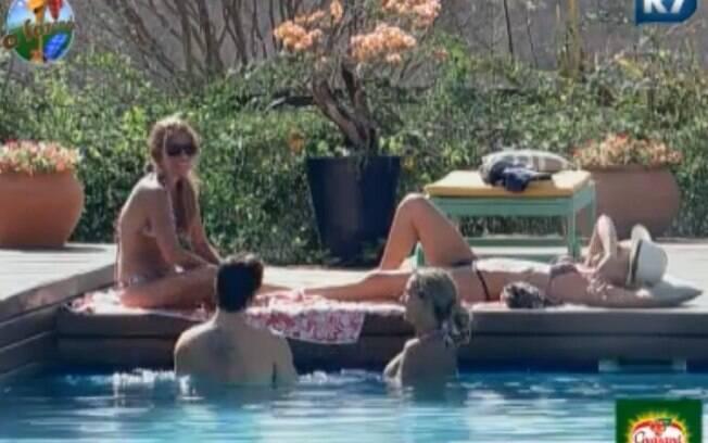 Peões conversam sobre coisas bizarras na piscina