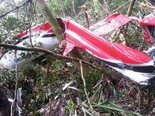27/12/2014- Bertioga- SP, Brasil- Um helicóptero caiu em uma área de mangue em Bertioga na manhã deste sábado, 27, por volta das 10 horas, de acordo com o Corpo dos Bombeiros. As cinco pessoas que estavam na aeronave, sendo três adultos e duas crianças, morreram carbonizadas. Foto: Polícia Militar/DIVULGACAO