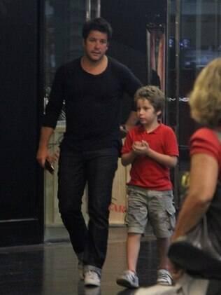 Murilo Benício e Pietro passeiam pelo shopping