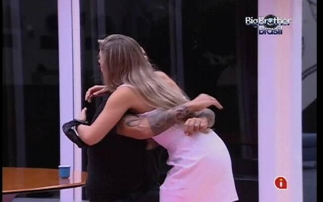 Renata e João Carvalho se abraçam na cozinha