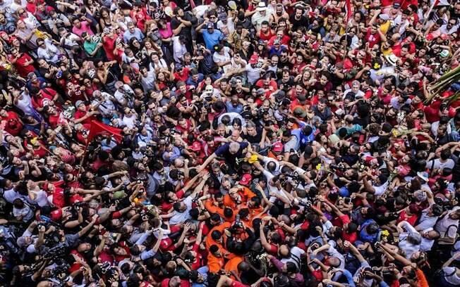 Lula ficou completamente cercado por militantes pouco antes de ser preso, em abril